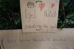Schild am Igel-Hotel